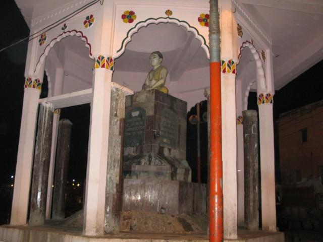 памятник Тулсидасу на Рамгхате