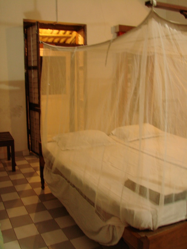 позади кровати - вход на лоджию