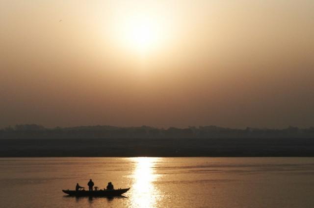 Солнце встает над Гангой в Варанаси
