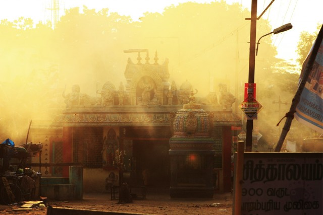 перкресток. храм. пыль.
