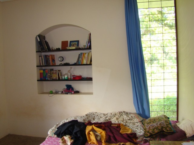 вот кровать у окна