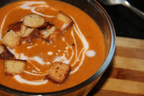 Готовый суп украсте сливками и сухариками