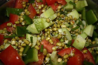 Салат из мунг дала (его можно купить на улицах Дели почти круглый год)