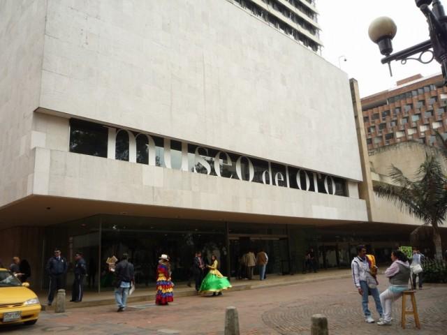 колумбийки перед музеем