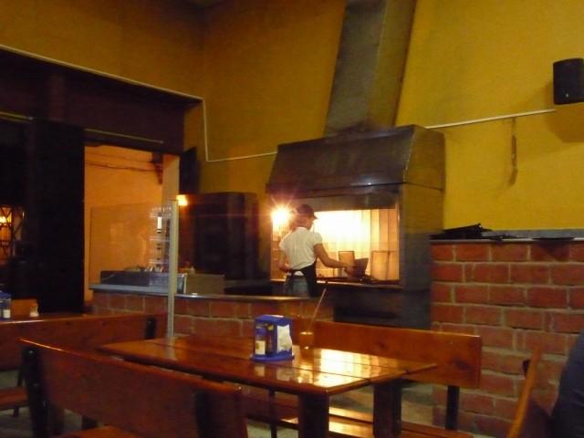 типичный ресторанчик с типичной едой - все жарится на углях