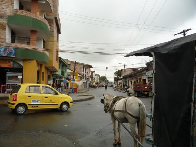 типичный колумбийский транспорт такси и лошадь