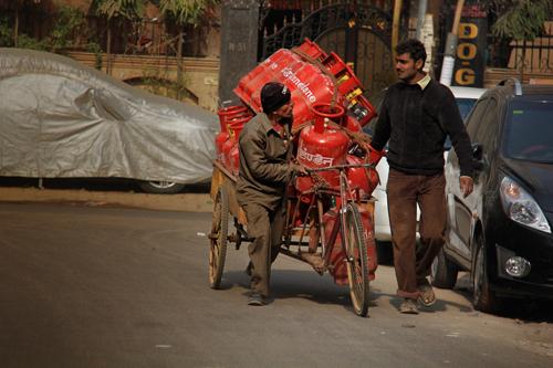 Во многих районах Дели нет централизированого газопровода и отопления. Поэтому гах развозят вот так