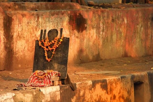 Специальный суботний Бог Шани (Сатурн) Иногда имеет неожиданные места поклонения. Такие символы можно встретить вдоль дорог