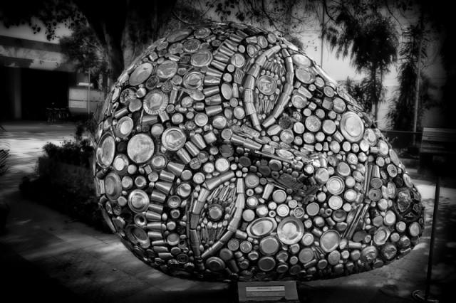 Скульптура из старой стальной посуды
