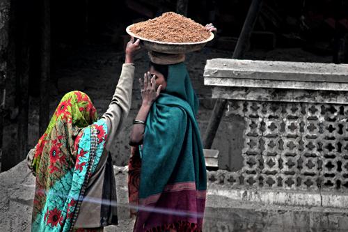Стройка века. Дамы строят в сари