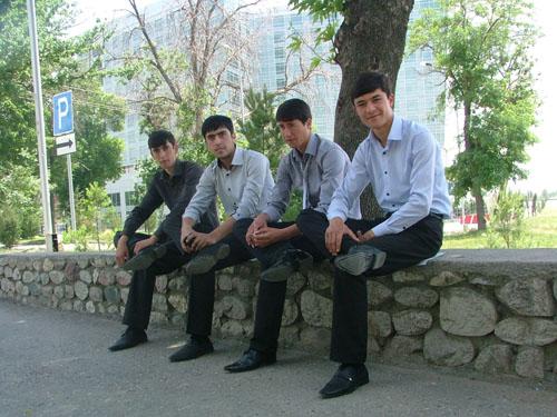 Форма студентов, черный низ, белый верх )