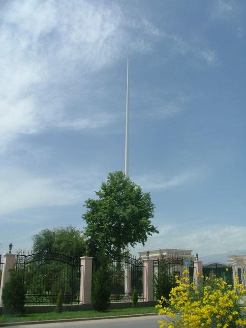 """Флагшток . Высота 167 метров. Местые шутят: """"чтоб с  Узбексистана было видно"""" ;)"""