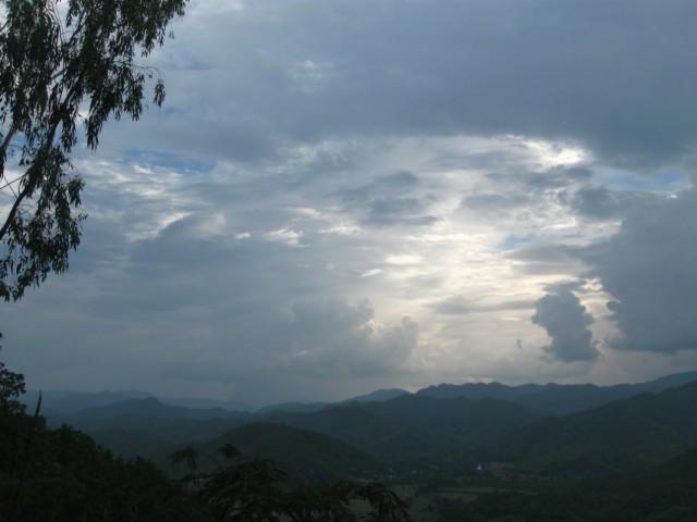 Мэ Хонг Сон. Вместо закатного солнца -- дождь.