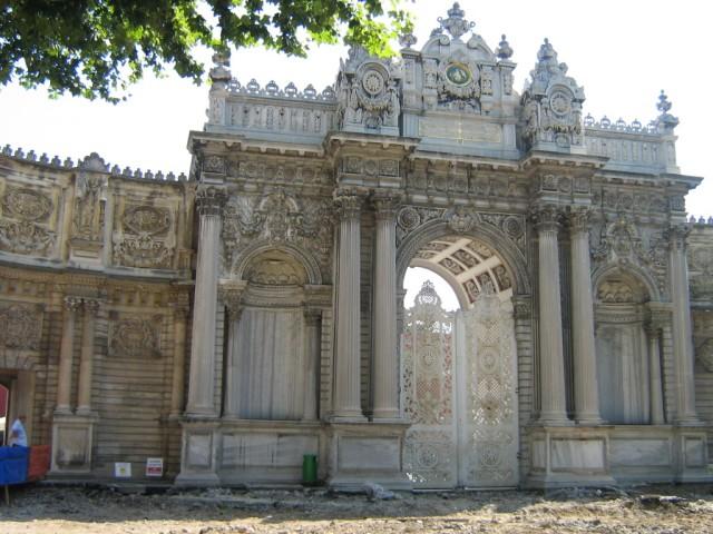 Стамбул. Територия дворца Долмабахче