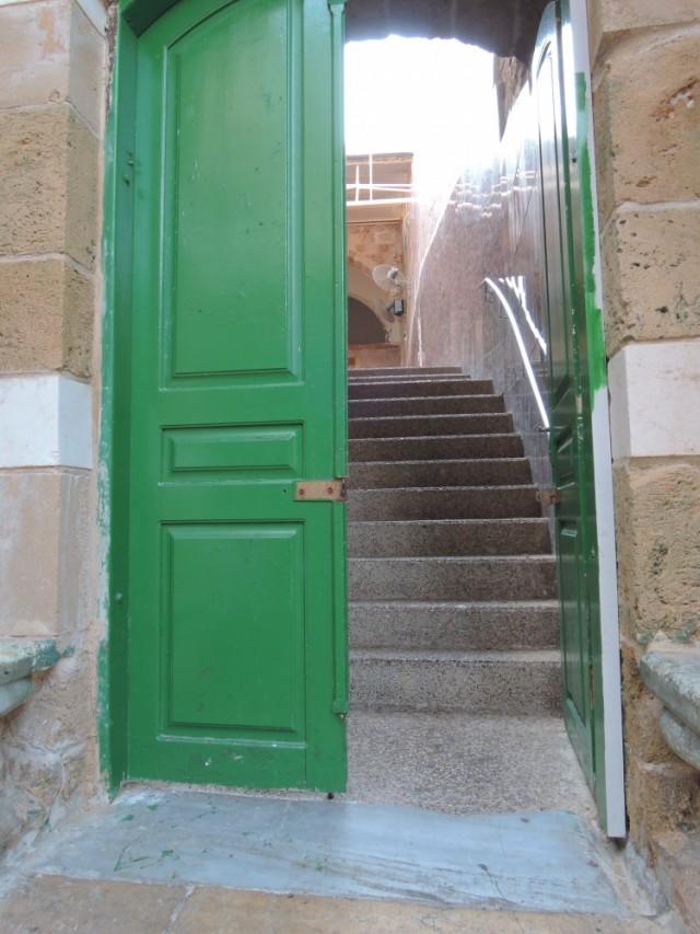 Неожиданная дверь в стене на другую улицу