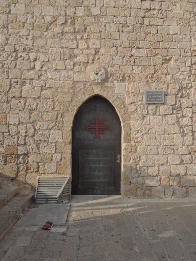 Вход в церковь в стене )