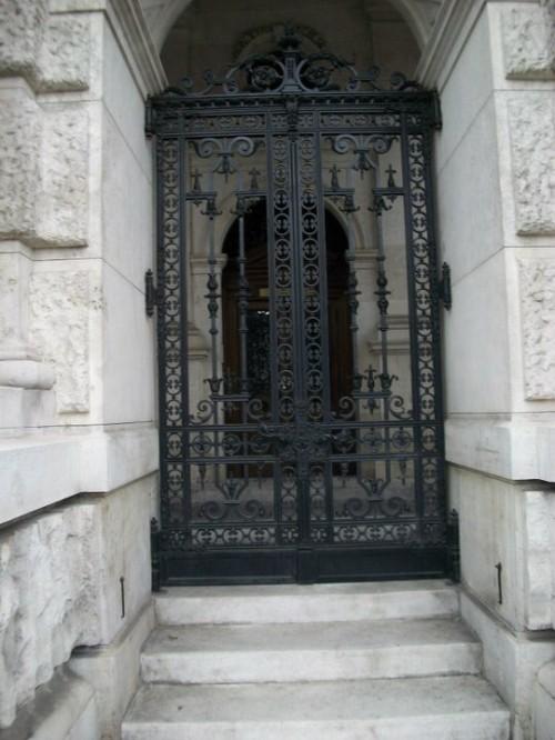 Входная дверь в жилой дом