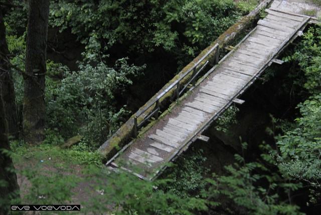 Жуткий мостик через бушующий поток