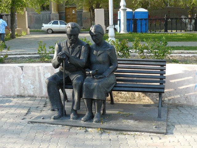 Памятник родителям в сквере на проспекте Металлургов
