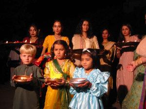 Встречают барат дети и молодежь со свечами