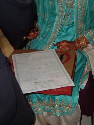Подписи жениха и невесты на брачном сертификате