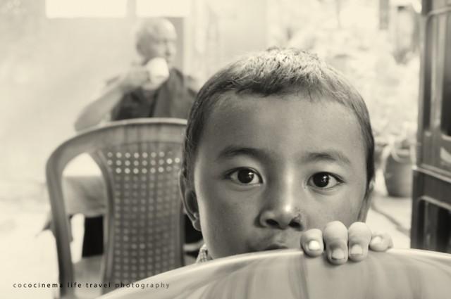 Мальчик за стулом в тибетском кафе