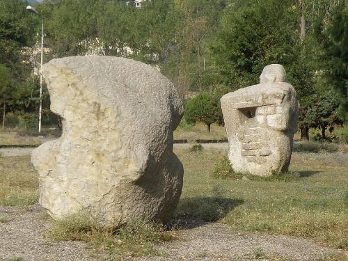 Странные каменные скульптуры