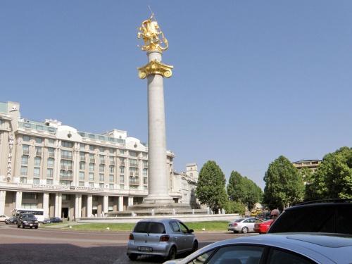 Площадь около старого города. Что-то отдаленное есть от Киева