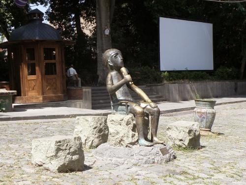 В Грузии даже памятники пьют