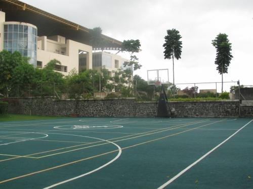 Открытая баскетбольная площадка.
