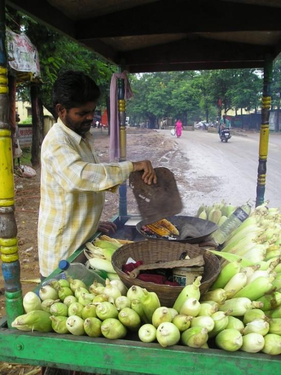 Или съесть жареный кукуруз (5 рупий)