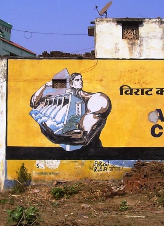 Индийский пролетарий играет мускулами