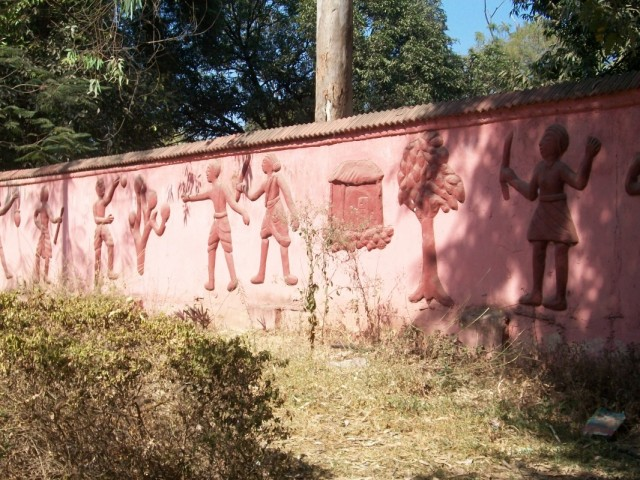 Кусок забора с изображением сельскохозяйственных занятий чхаттисгархцев