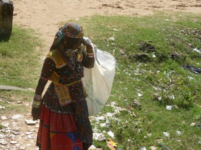 собирает мусор