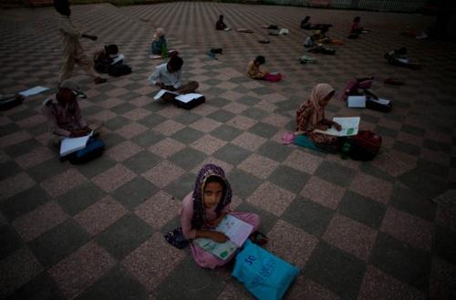 дети которые не могут посещять школу учаться в парке.