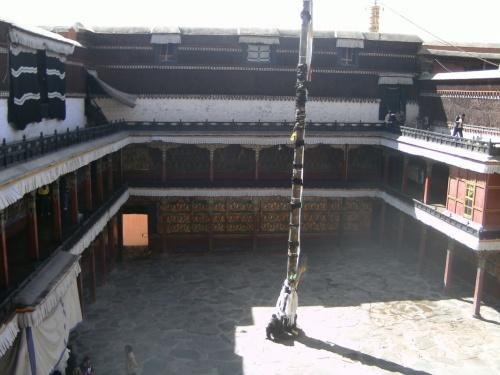 центральный дворик храма, построенного как трехмерная мандала, с огромным количеством ходов-переходов и каплычек.