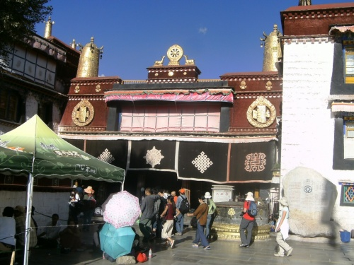 Джоканг - храм, где хранится приданое жен Сронцзен-Гампо - первые статуи Будды в Тибете