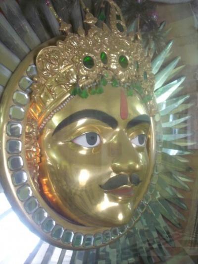 Это - его солнце. Ну, Вы понимаете: солнце выглядит, как махараджа! :)
