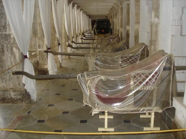 И, конечно же, многочисленные носилки для махараджи и его семьи, ибо не пристало махарадже ходить пешком :)