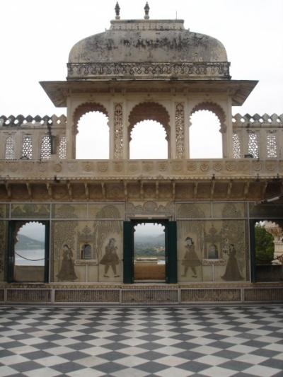 Во Дворце - много подобных внутренних двориков. Они сделаны для того, чтобы махараджи могли смотреть различные представления