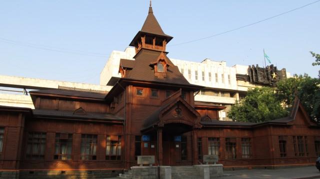 Музей народных инструментов. Старинное здание из дерева.