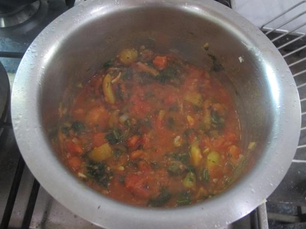 Все размешиваем, добавляем воду и готовим 15-20 мин. Спустя пару минут после начала варки, попробуйте суп на вкус и, если нужно, добавьте еще кинзы