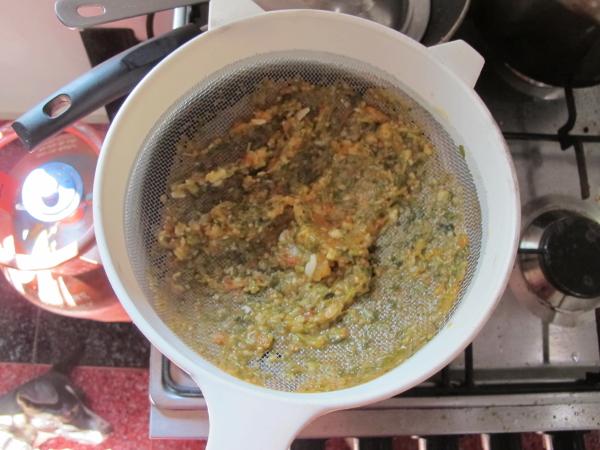 Процеживаем суп через дуршлаг