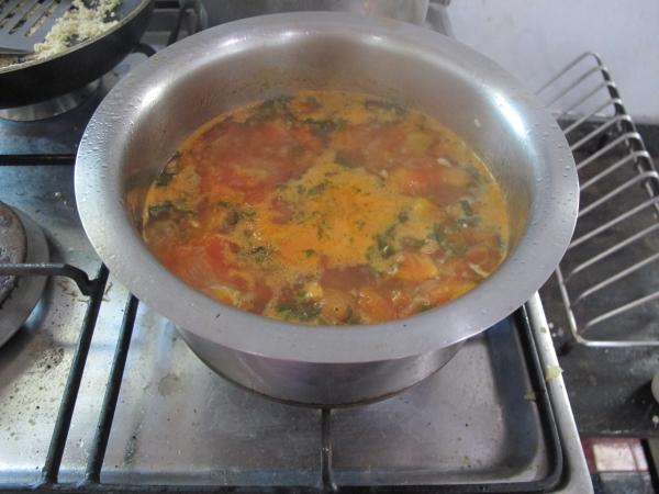 Добавляем полученную массу в суп. После чего проверяем загустение (если считаете, что суп не очень густой, просто в кастрюлю добавьте немного муки)