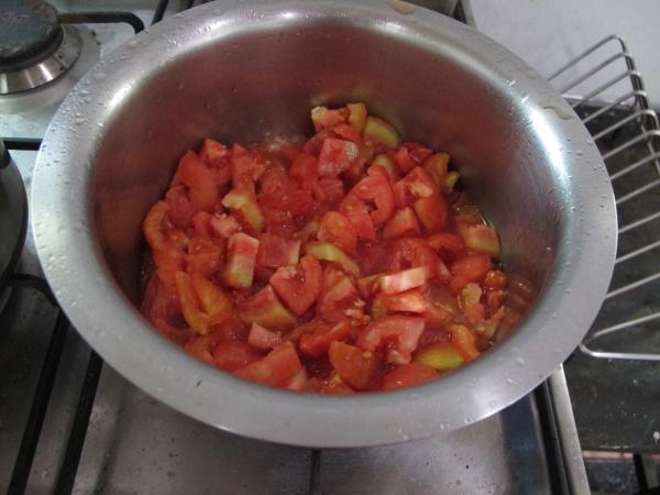 Наливаем в кастрюлю (!) подсолнечное масло и немного поджариваем лук, ближе к его готовности добавляем туда же помидоры, чеснок, соль и черный перец