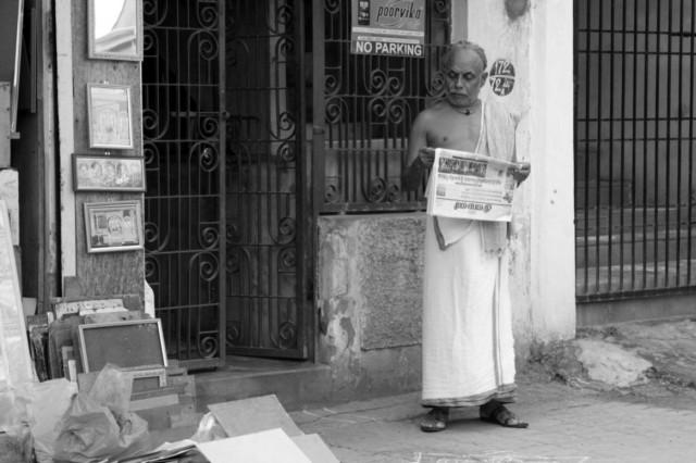 Человек, читающий газету