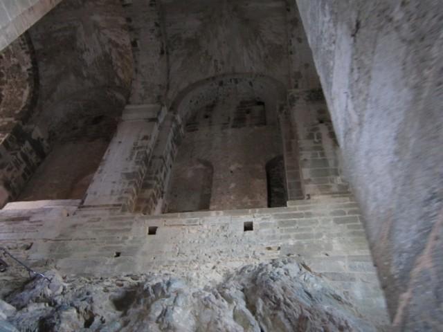 Скала внутри замка