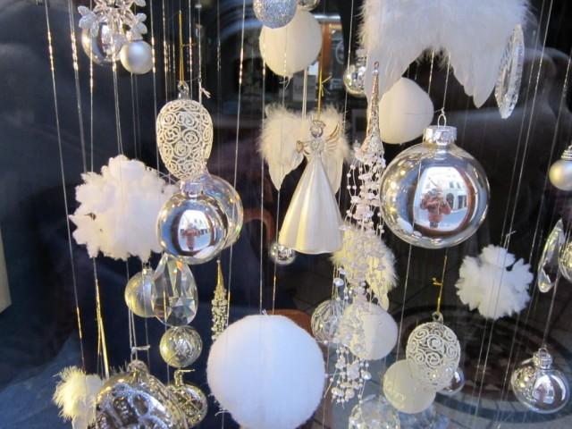 Новогодние украшения в витринах