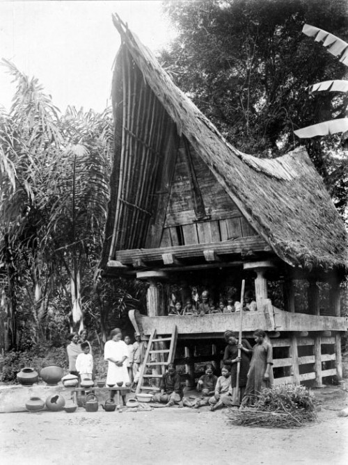 Батакское жилище. Крыши тогда еще покрывали сеном