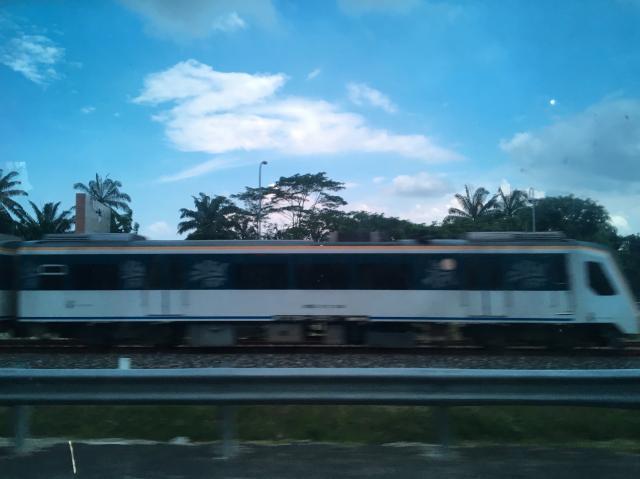Поезд из окна такси